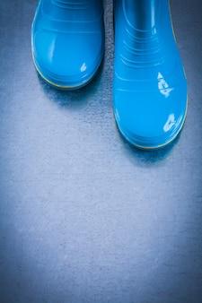 Para wodoodpornych gumowych butów ogrodowych na metalicznym tle