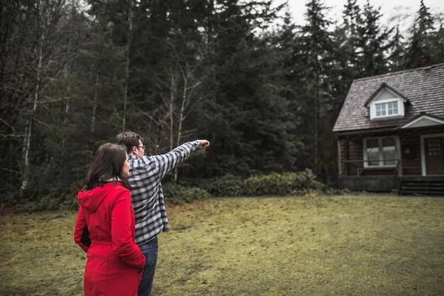 Para wskazując na kabinie