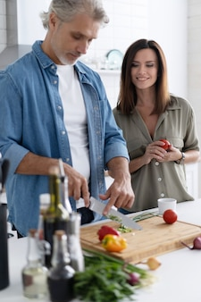 Para wspólne gotowanie w kuchni w domu.