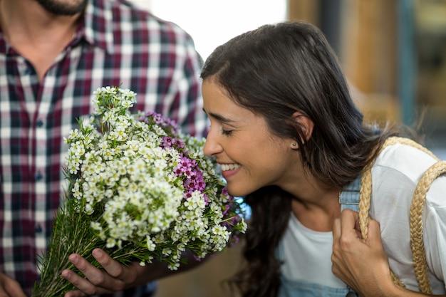 Para wybiera kwiaty w kwiaciarni