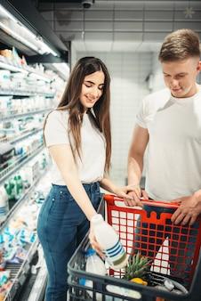 Para wybiera sfermentowane produkty mleczne na rynku