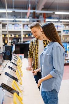 Para wybiera telefony w sklepie elektronicznym