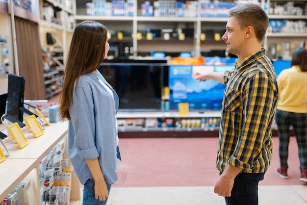 Para wybiera telewizor plazmowy w sklepie elektronicznym