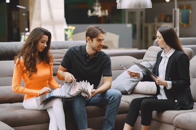 Para wybiera tkaniny w sklepie meblowym