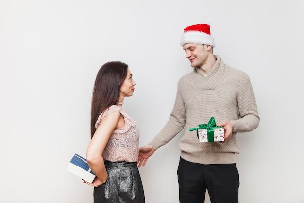 Para wymieniająca pudełka na prezenty