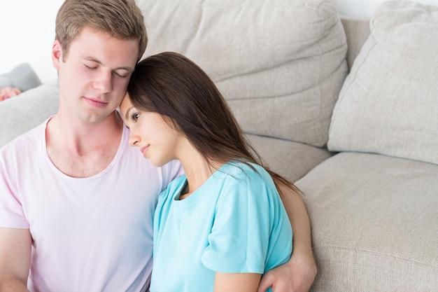 Para wypoczynek komunikacja zrelaksowana para w domu