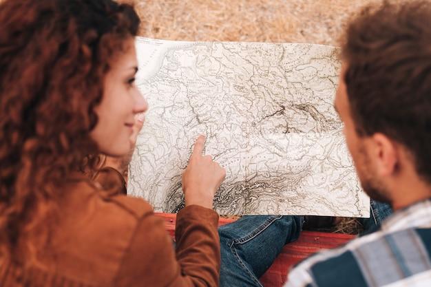 Para wysoki widok patrząc na mapę