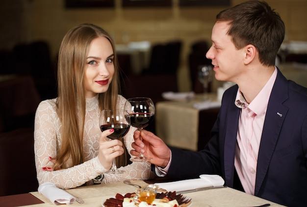 Para wznosi toast wineglasses w luksusowej restauraci.