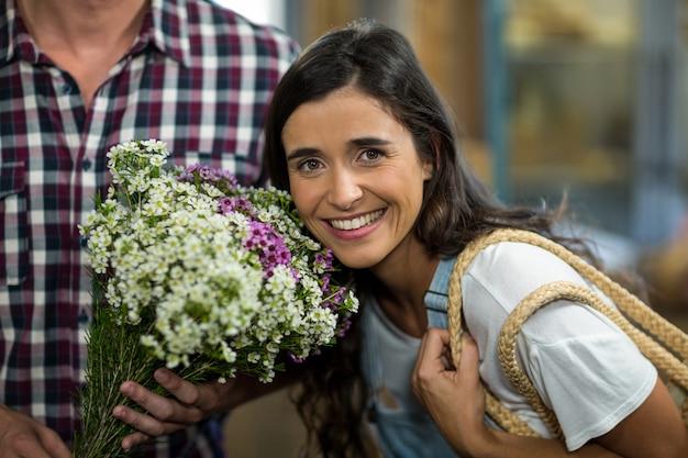 Para z bukietem kwiatów