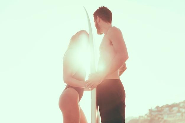 Para z desek surfingowych przeciwko jasne słońce