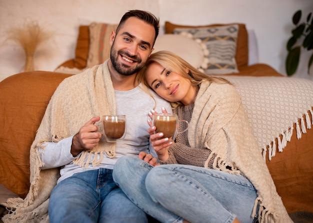Para z gorącymi napojami średni strzał