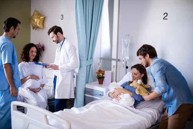 Para z ich nowo narodzonego dziecka na oddziale