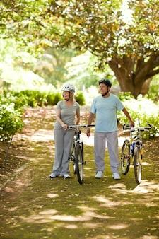 Para z ich rowerami w drewnie