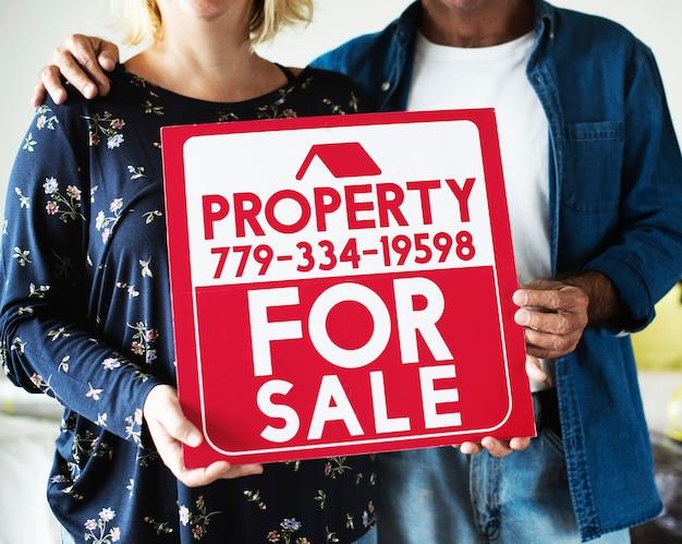 Para z nieruchomości na sprzedaż znak