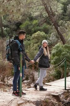 Para z plecakiem odkrywania natury