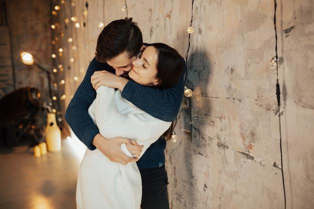 Para z zamkniętymi oczami przytulanie i cieszenie się sobą.