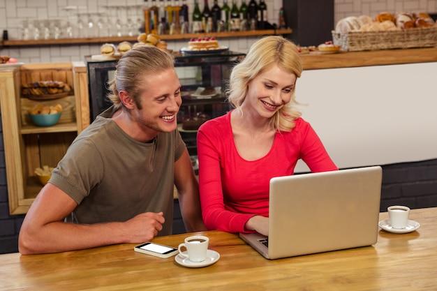 Para za pomocą laptopa