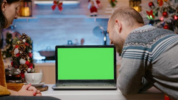 Para za pomocą poziomego zielonego ekranu w wigilię bożego narodzenia