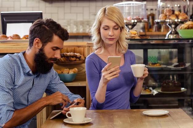 Para za pomocą smartfonów