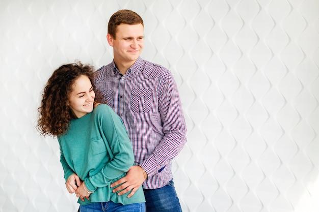 Para zabawy na białej zdobionej ścianie