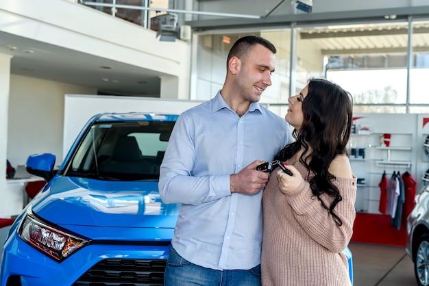 Para zakochana w kluczykach od nowego samochodu