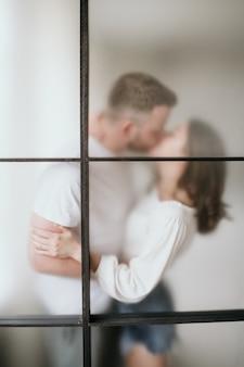 Para zakochana w sypialni. smukła brunetka. stylowe wnętrze.