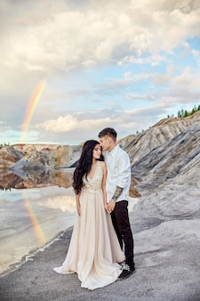 Para zakochanych, całowanie i przytulanie z tęczy i gór