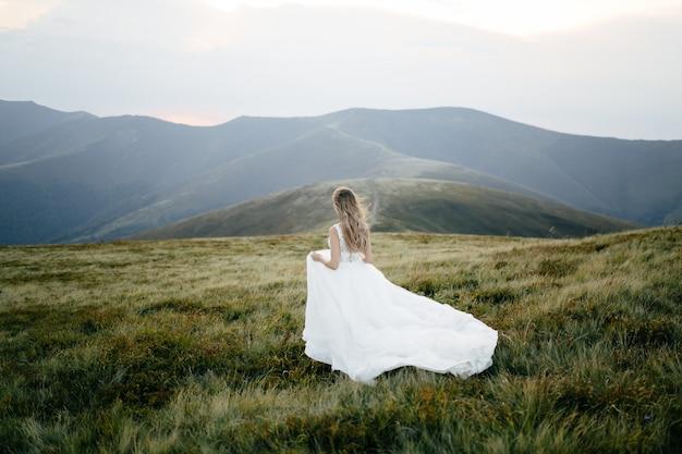 Para zakochanych całowanie na podróż przyrody w górach