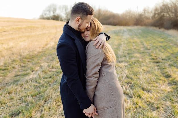 Para zakochanych, ciesząc się na spacer w słoneczny wiosenny dzień