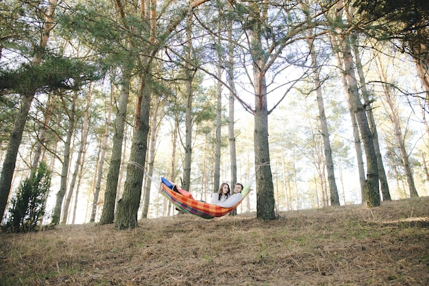 Para zakochanych, dziewczyna i facet w hamaku cieszy się w lesie, koncepcja historii miłosnej podróży