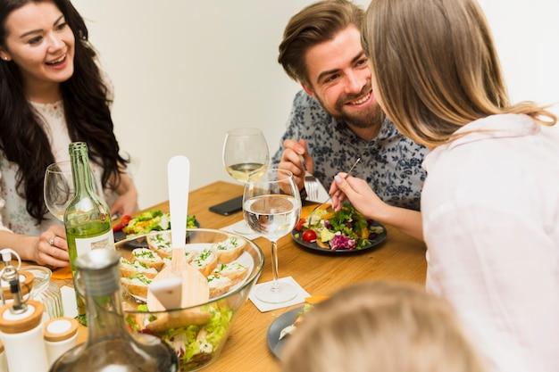 Para zakochanych jedzenie z jednego talerza