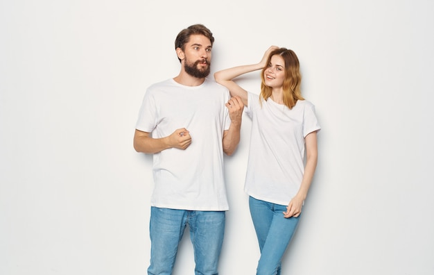 Para zakochanych mężczyzna i kobieta lekkie tło zabawa emocje te same ubrania.