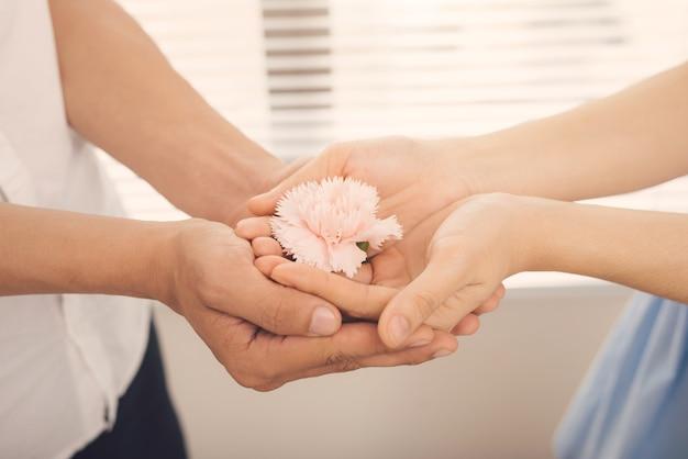 Para zakochanych. mężczyzna i kobieta przekazują różowy kwiat