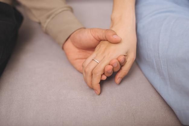 Para zakochanych. mężczyzna i kobieta trzymają się razem za ręce