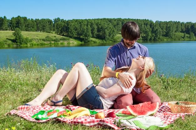Para zakochanych na pikniku nad jeziorem