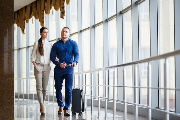 Para zakochanych na wakacjach. pary pozycja na lotnisku.