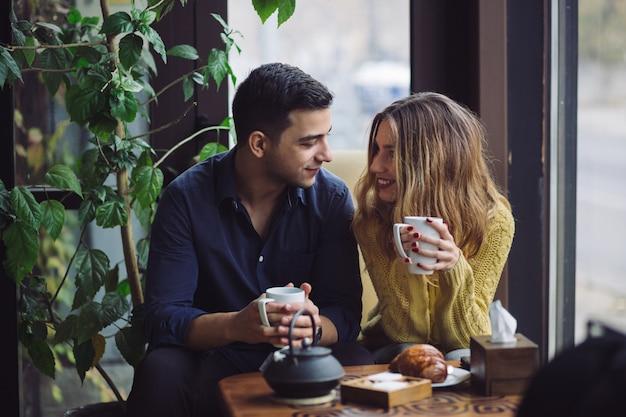 Para zakochanych picia kawy w kawiarni