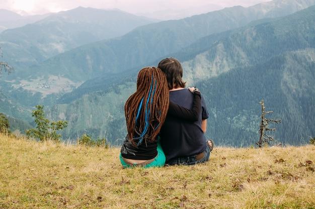 Para zakochanych, podziwiając widok na majestatyczne góry
