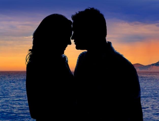 Para zakochanych przytulić w suset na morzu