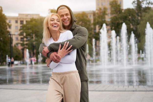 Para zakochanych spaceru na świeżym powietrzu w parku fontanną