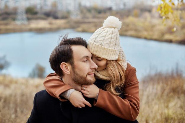 Para zakochanych spaceru w parku, walentynki. mężczyzna i kobieta obejmują i całują, zakochana para, czułe uczucia i miłość, kochankowie