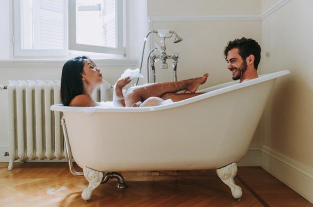 Para zakochanych spędzać czas razem w domu. romantyczne chwile w łazience