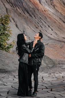 Para zakochanych w czarnych skórzanych ubraniach spaceruje w naturze