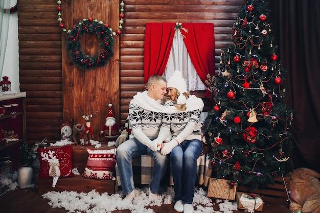 Para zakochanych w jednym szaliku, trzymając się za ręce