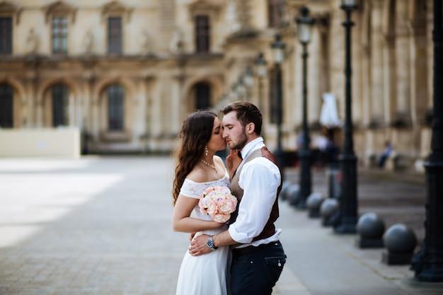 Para zakochanych w paryżu w dniu ślubu
