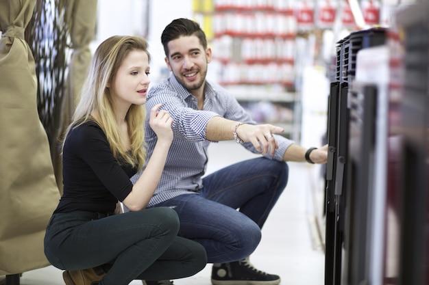 Para zakupy w sklepie z narzędziami