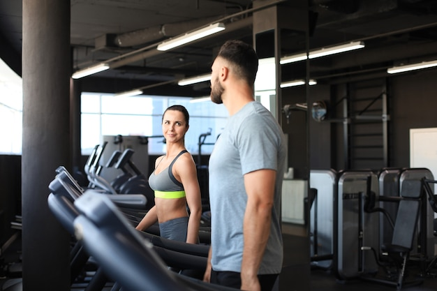 Para zdrowego sportu działa na bieżni w siłowni sportowej.