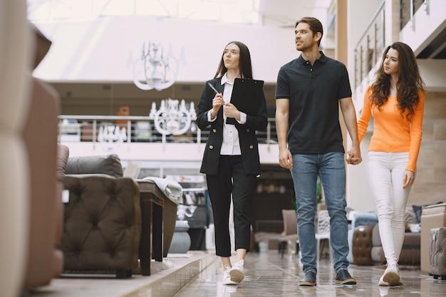 Para ze sprzedawcą w sklepie meblowym