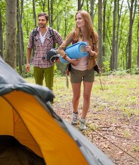 Para ze sprzętem na obóz w lesie.
