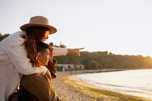 Para ze średnim strzałem patrząca na morze